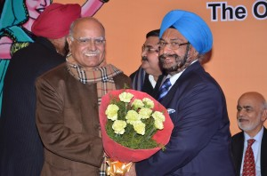 Sh. S.S. Sayal felicitating Sh. Prabhu Chawla, Editor in Chief, The New Indian Express