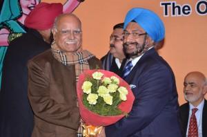 Sh. S.S. Sayal felicitating Sh. Prabhu Chawla, Editor in Chief, The New Indian Express