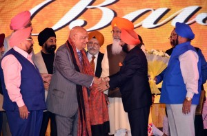 Lord Swraj Paul being felicitated with Punjabi Rattan Award by Sr. Vikramjit Singh Sahney. Sr. BS Kakar, Sr. SS Banga, Sr. BS Anand, Sr. Sukhdev Dhindsa and Sr. SS Sayal can also be seen in the pic.