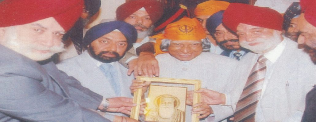 Office Bearers of WPO presenting a portrail of Sh. Guru Nanak Dev ji to HE Dr. APJ Abdul Kalam, H