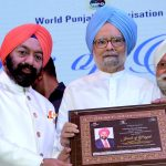 Sh. VS Sahney being felicited by Dr. Manmohan Singh